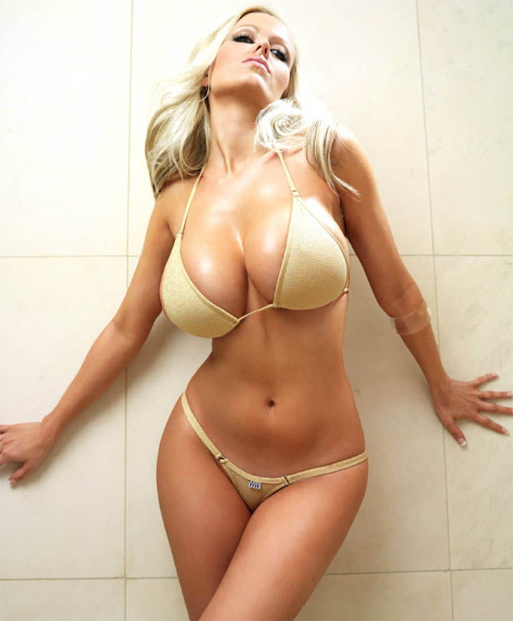 Rebecca bombshell blonde en bikini